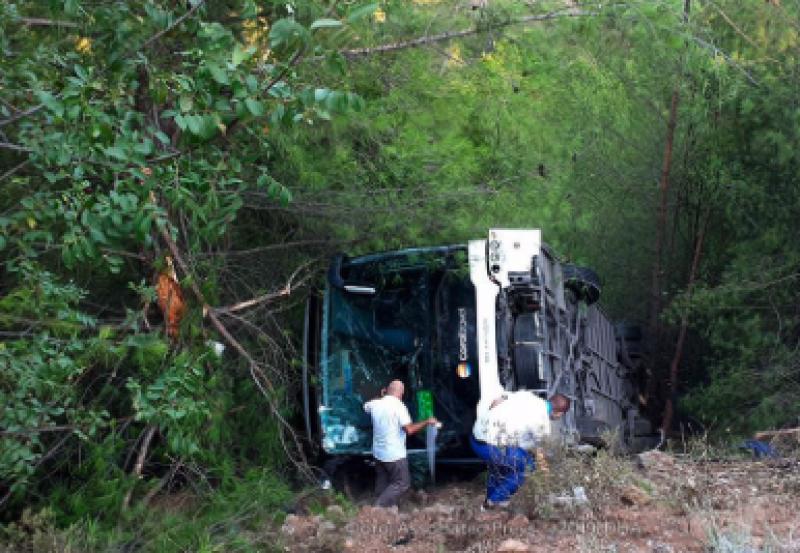 Автобус с туристи се обърна в Анталия, има пострадали