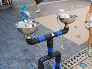 Мобилни чешми в жегата! Студена вода тече от тях