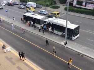 Хаос в градския транспорт: Столичани прескачат огради, шофьорът изпуснал спирката