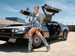 Галена яхна спортен автомобил De Lorean DMC-12, познат като машината на времето