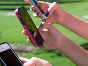 Половината тийнейджъри влизат в мрежата на всеки час, не се притесняват да общуват с непознати