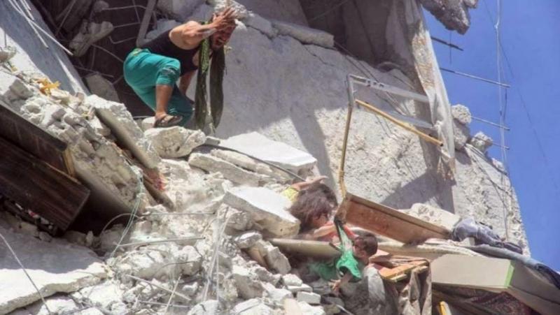 Малко момиченце опитва да спаси сестричката си от рушаща се сграда в Сирия