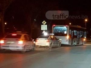 Кола удари автобус 66 в Пловдив, момче е откарано в болница