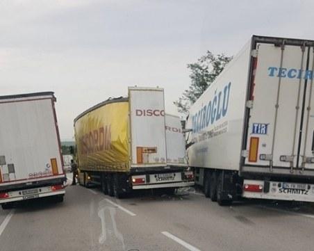 Тежка катастрофa! Два камиона и кола се нанизаха във верижна катастрофа