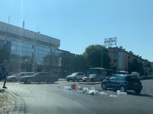 Бутилки се пръснаха на кръгово кръстовище в Пловдив
