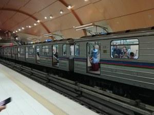 Екшън в столичното метро: Влак потегли с отворени врати