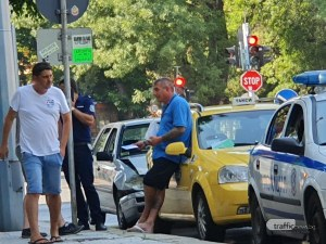 Голф се наниза в такси на възлово кръстовище в Пловдив