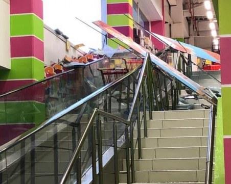 Буря срути ескалатор в Джъмбо, има пострадали