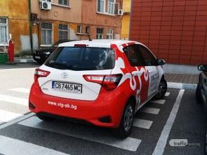 Нагло! Служебна кола се паркира на пешеходна пътека в Стара Загора