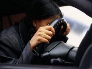 Пияна жена зад волана заби колата в пътен знак