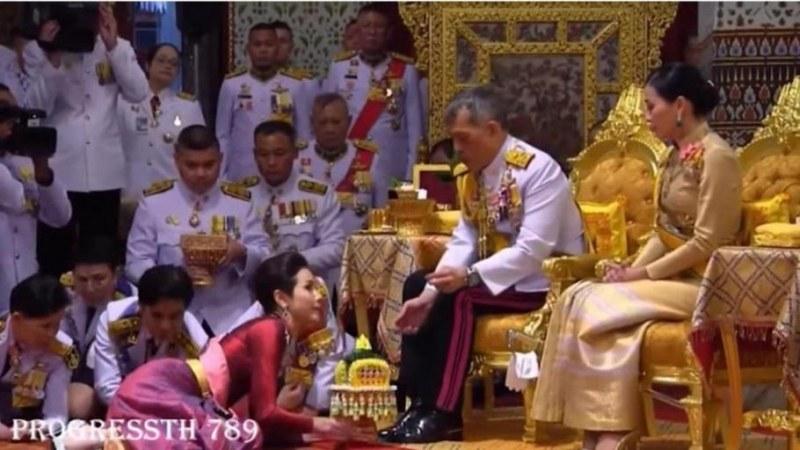 Кралят на Тайланд официално представи любовницата си пред погледа на кралицата