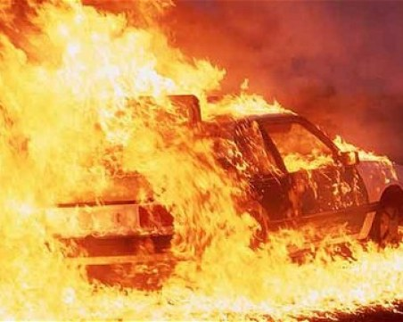 Кола се самозапали в движение, спряха движението по пътя край Добрич