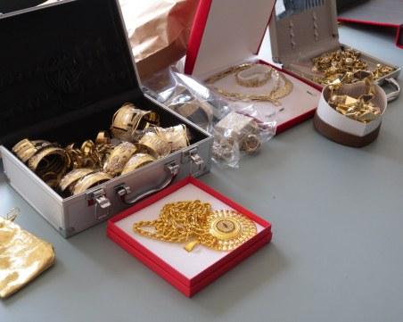 Ударна акция: Намериха близо 1 милион лева, купища злата и накити в тайник на ало измамник