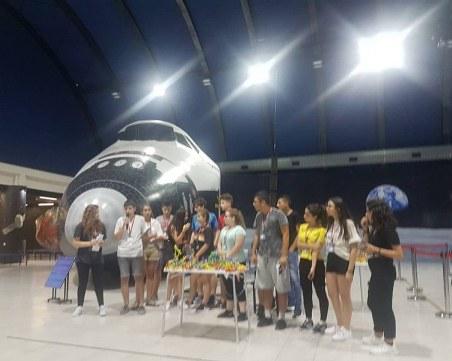 Пловдивският осмокласник - първенец на НАСА, разяснява ядрената физика на италиански