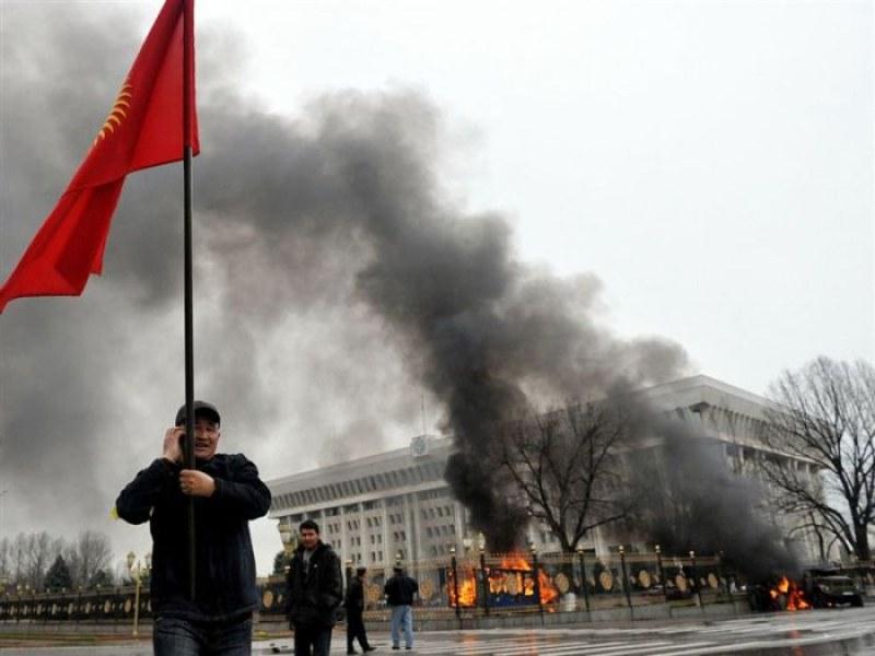 Десетки ранени в Киргизия, спецчасти атакуват бившия президент