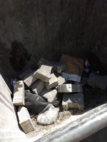 Ремонт за чудо и приказ: Разбиват здрави плочки в София, хвърлят ги в кофата за боклук