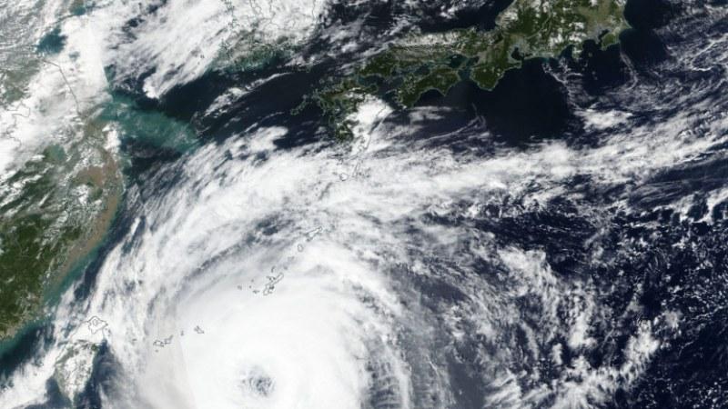 Мощен тайфун връхлита Китай, обявиха червен код