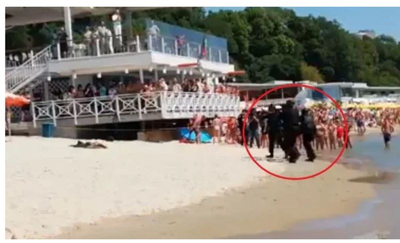 Тежковъоръжени командоси щурмуват плажа във Варна пред смаяните погледи на  туристи