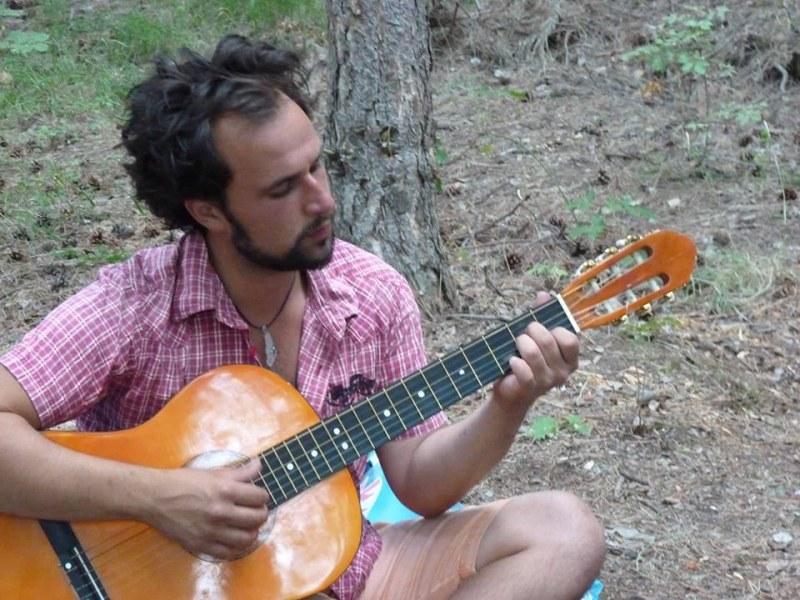 29-годишен художник от Карлово е нелепо загиналият мъж, докато свири на китара