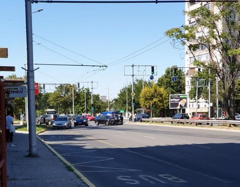 Две коли се помляха на булевард в Пловдив