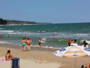 Издирват дете, повлечено от вълните на централния плаж във Варна