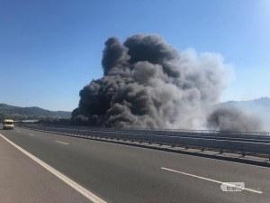 Пожар обгази Дупница и затвори магистрала