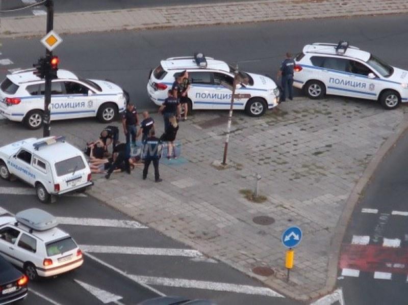 Зрелищен арест в Бургас! Полицаи натръшкаха на земята трима мъже и една жена