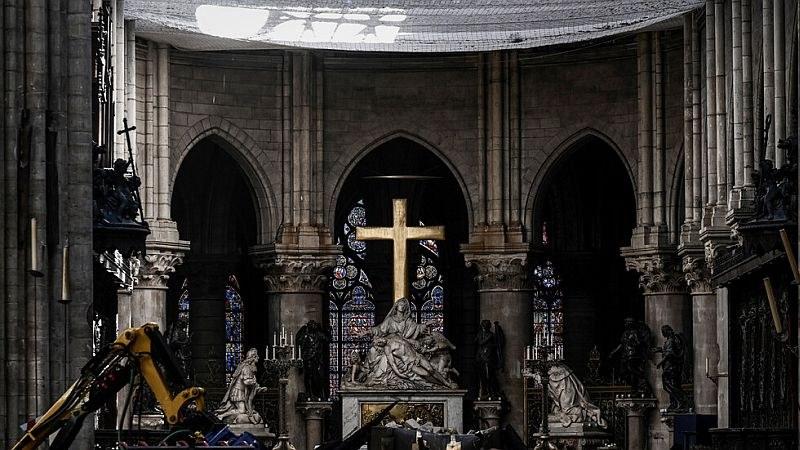 Камъни паднаха от тавана на парижката катедрала