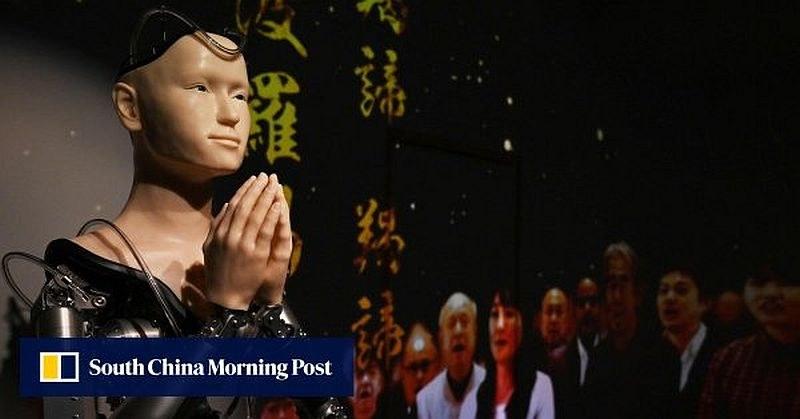 Робот с чертите на будистка богиня приема посетители в храм в Япония
