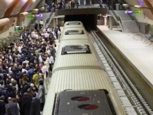 Хлапе спря метрото, гони зарче на релсите