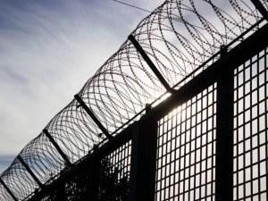 Затворник прескочи 5-метрова ограда и избяга