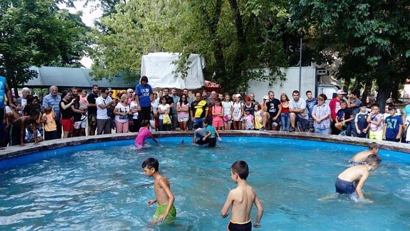 Деца ловиха шарани с голи ръце във фонтан край Пловдив