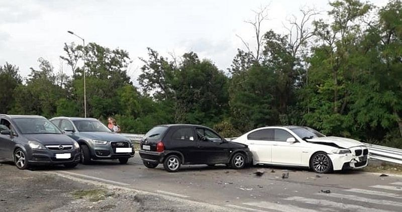 Катастрофа с четири коли затрудни движението на пътя Варна - Златни пясъци