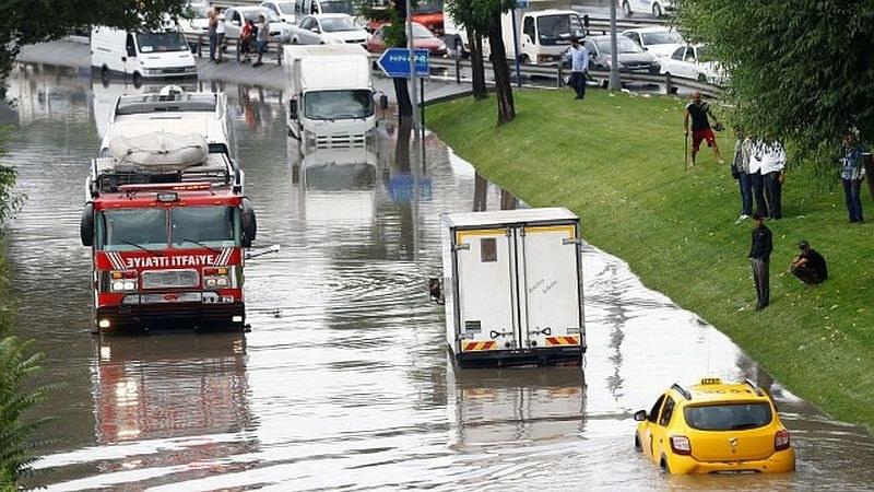 Порой и наводнения в Истанбул, един човек е загинал
