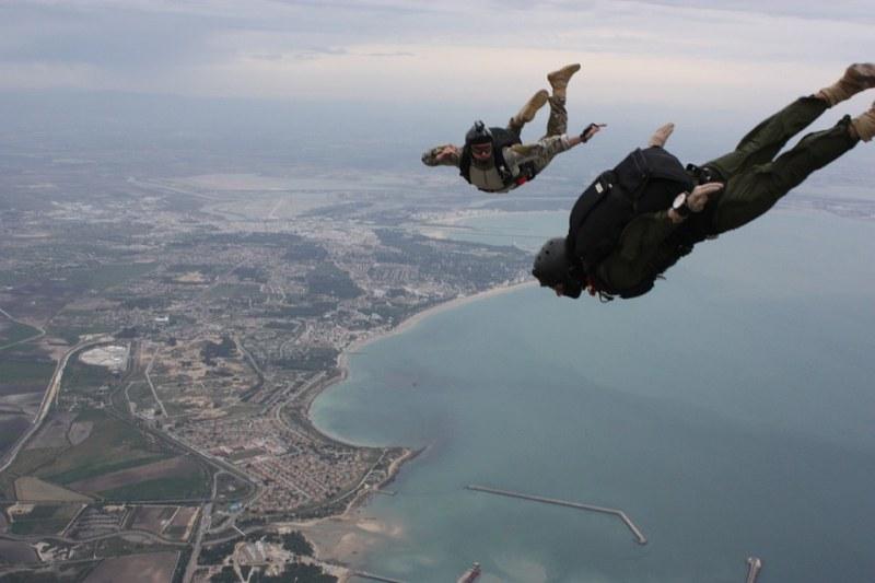 Жена оцеля, след като скочи от 1,5 км височина без да й се отвори парашутът