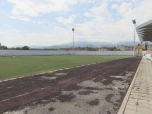 5 години след ремонт за 5 млн. лева: Градският стадион в Костенец се разпада