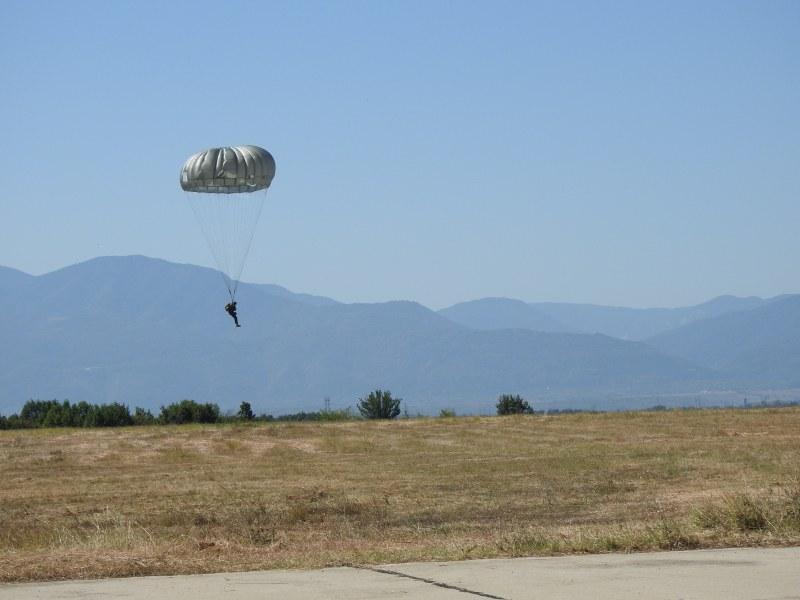"""Летище Чешнегирово бе домакин на парашутни скокове от вертолети UH-60 """"Black Hawk"""""""