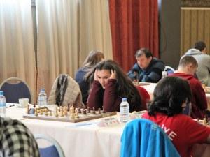 Играйте любителски срещу световната шампионка по шахмат Виктория Радева
