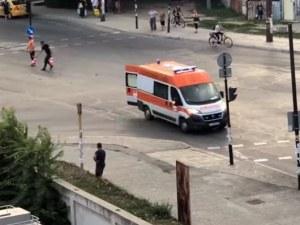 Линейка с пациент потегли с отворена задна врата