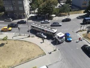Цистерна удари лек автомобил в Асеновград
