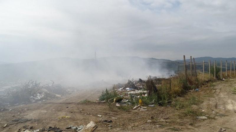 Засипват с пръст горящото сметище край Свищов
