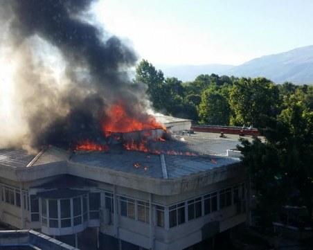 Изгорял е покривът на ресторанта в Павел баня, 500 души са настанени в хотела