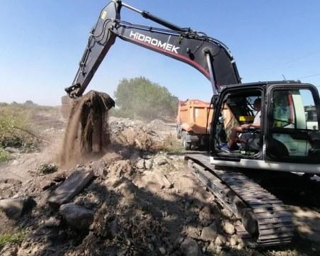 Започна аварийното запрашаване на димящото сметище край Свищов