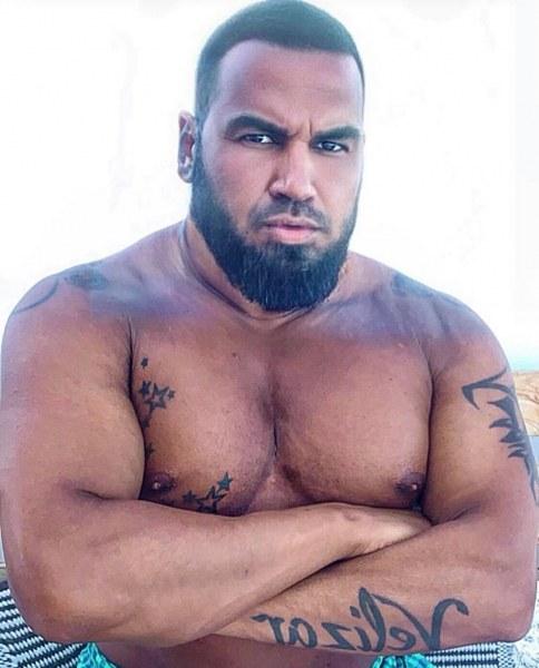 Азис се щракна чисто гол във ваната с друг мъж