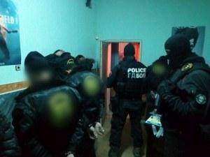 Фризьорките от Столипиново изпяха дилъра си, пловдивски полицаи удариха депото в Габрово