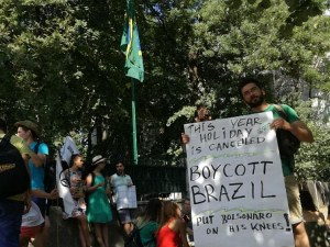 Екоактивисти протестират срещу бездействието в борбата с пожарите в Амазонските гори