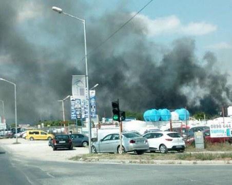 Голям пожар във Варна – над 30 пожарникари се борят със стихията