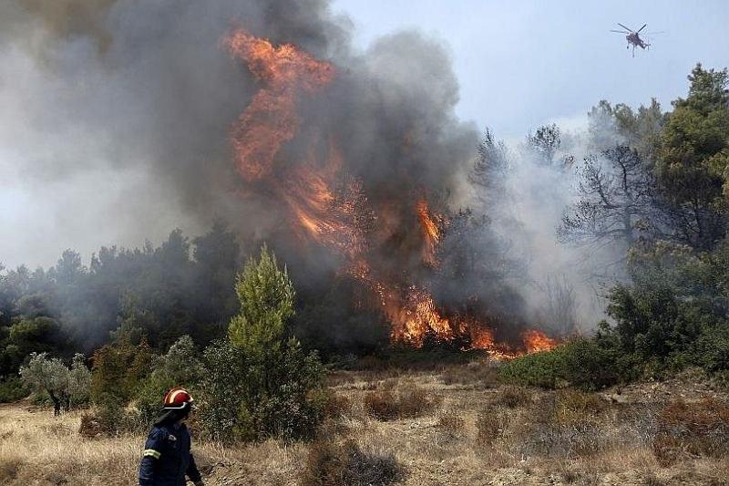 Евакуираха стотици туристи от гръцкия остров Самос заради пожар