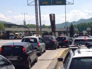 Колони от автомобили блокираха границата с Гърция