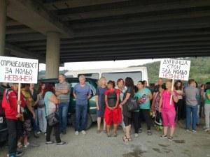 """Работниците на сметището под АМ """"Струма"""" на протест! Защитават шефа си"""